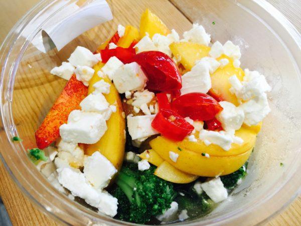 La Granadilla propone un'insalata di pesche, broccoli e feta