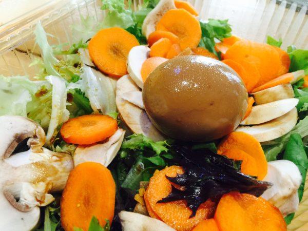 La Granadilla propone un'insalata mista con uovo barzotto